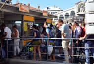 Pontili, l'ira dei marinai: liti continue E sul bus controllore gettato a terra